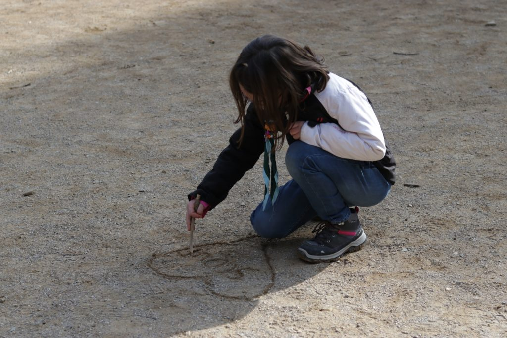 Lupetta che disegna sulla sabbia